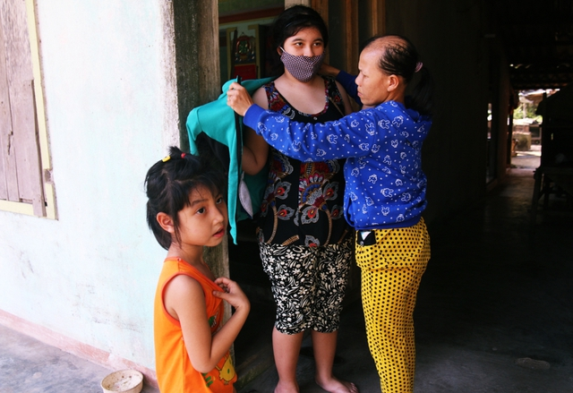 Từ nhỏ đến lớn, mọi sinh hoạt cá nhân của 2 cô con gái đều một tay chị Tâm cáng đáng.