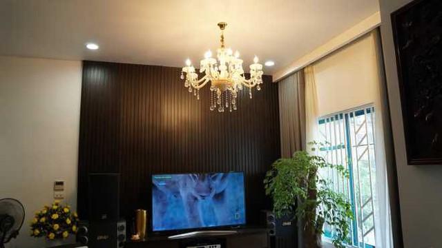 Ngoài ánh sáng tự nhiên từ cửa sổ, phòng khách còn được trang trí bởi chùm đèn pha lê tạo cảm giác sang trọng, ấm cúng.