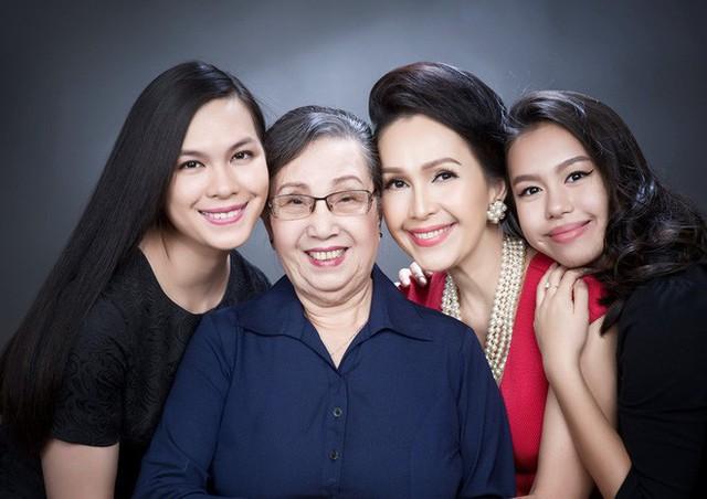 Gia đình 3 thế hệ ai cũng đẹp mặn mà.