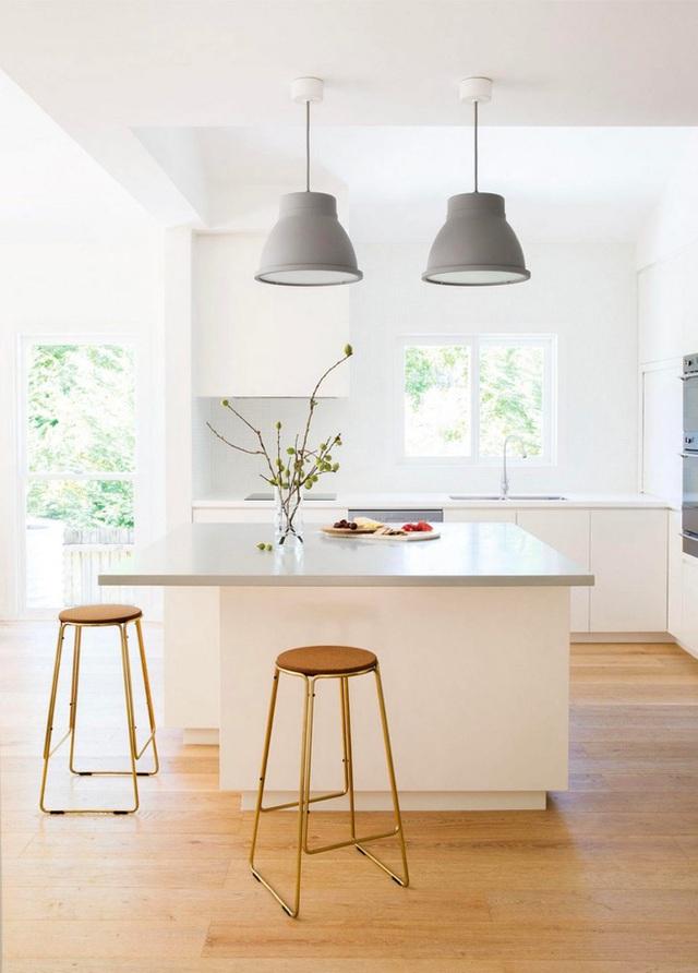 22. Và đôi khi, một căn bếp xám chỉ cần đến sự điểm xuyết của cặp đèn treo như vậy thôi cũng đủ lung linh rồi.