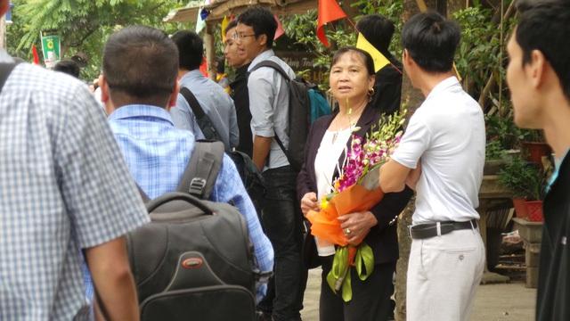 Người dân Đồng Tâm chuẩn bị hoa tặng các lãnh đạo thành phố.