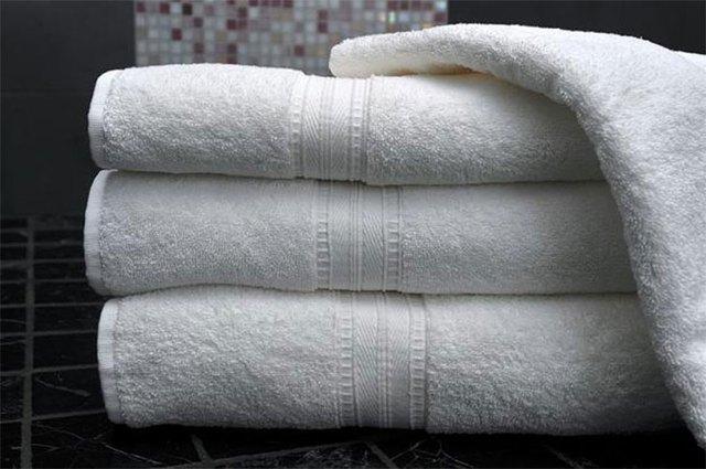 Nếu đang có thói quen dùng lò vi sóng để sấy khô hoặc tiệt trùng các loại khăn tay, khăn trải bàn, lót cốc… bạn cần dừng ngay lại. Thói quen này có thể gây ra tình trạng cháy vải hoặc gây hỏa hoạn khi nhiệt độ quá cao.