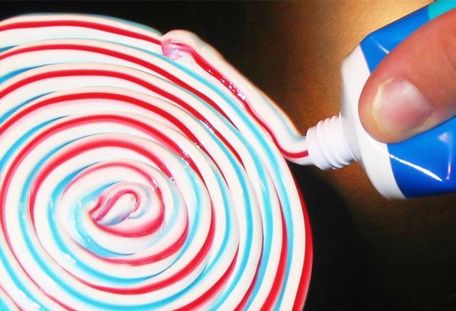 Kem đánh răng cơ bản thường có 3 sọc màu: Trắng (chất làm sạch mảng bám), xanh da trời hoặc xanh lá cây (gel chống vi khuẩn), đỏ (một số chất tốt cho lợi). Ảnh: Brightside