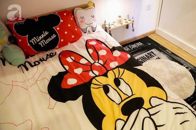 Giường của Chip ở tầng một với chủ đề chuột Mickey xinh xắn.