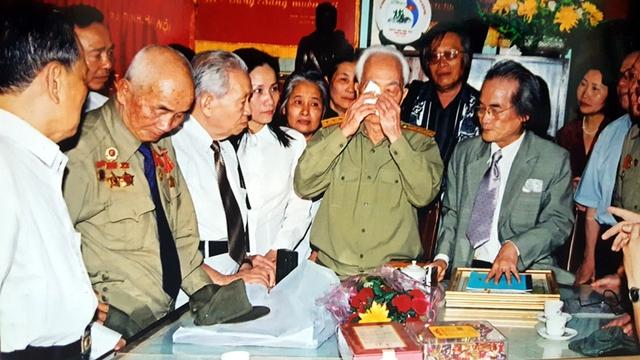 Đại tướng khóc khi gặp nhà văn Sơn Tùng năm 2007