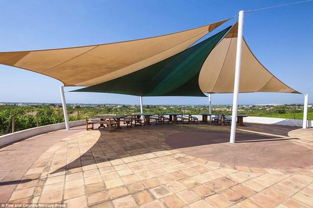 Sân thượng được tận dụng làm nơi nghỉ ngơi, hóng gió.