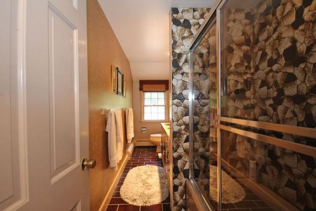 Hành lang kính dẫn vào phòng tắm tạo cảm giác không gian rộng lớn hơn thực tế.