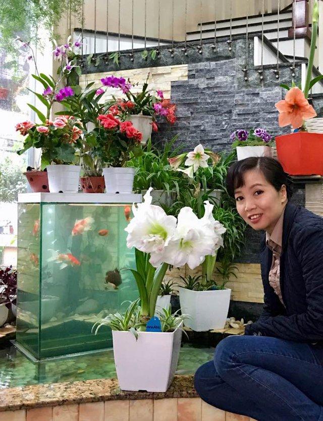 Mẹ của Bích Phương - cô Nguyễn Thị Hương chính là bàn tay khéo léo chăm sóc và vun trồng từng bông hoa trong không gian sống của gia đình.