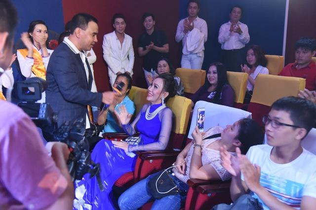 Hoa hậu nhân ái Lan Đỗ đấu giá bức tranh gây quỹ từ thiện. Đích thân đạo diễn chương trình Quyền Linh xuống hàng ghế khán giả cổ vũ các mạnh thường quân.