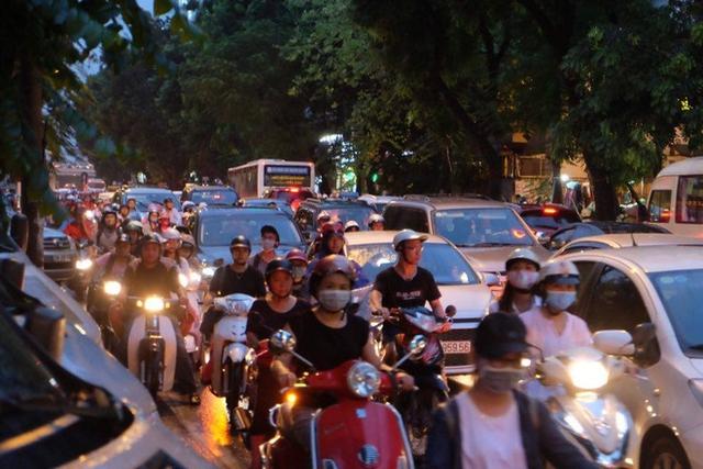 Nhiều tuyến đường ách tắc đúng giờ tan tầm khiến giao thông càng thêm khó khăn.