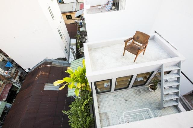 Sân thượng được trồng nhiều cây xanh với góc thư giãn có view nhìn rộng khá ấn tượng giữa chốn phố thị.