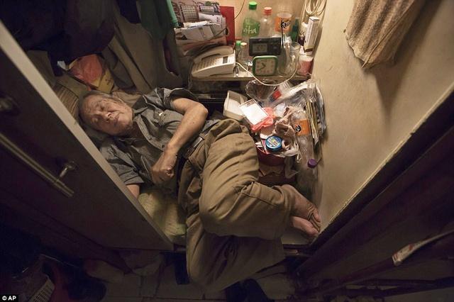 Căn phòng nhỏ đến mức nằm ngủ cũng không thể duỗi chân ra, đầu gối phải quay ra ngoài cửa của ông lão Cheung, năm nay đã 80 tuổi.