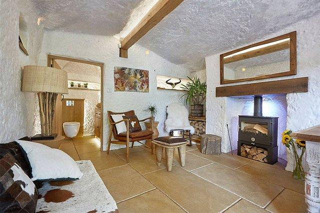 Phòng khách sang trọng không kém những căn biệt thự đắt tiền khác với đồ đạc hiện đại, hệ thống lò sưởi, sàn sưởi, thậm chí cả internet.