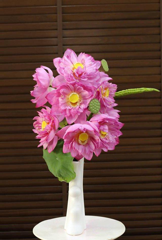 Hoa sen thường có màu sắc hồng tươi, búp to tròn, mập mạp từ cuống hoa lên tới búp bởi bên trong sen có rất nhiều cánh.