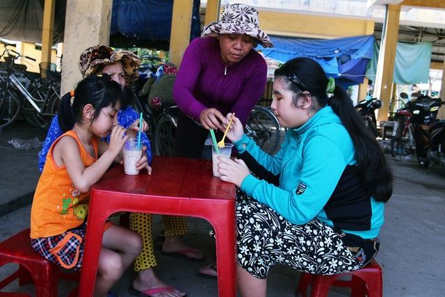 Thương hoàn cảnh của chị Tâm, các tiểu thương ở chợ thường cho quà 2 cháu bé...