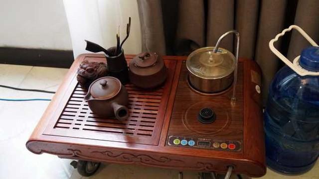 Là một người thích uống trà, NSƯT Quang Tèo còn sắm riêng một bộ bàn trà ngồi tiếp khách bên cạnh bộ ghế salon hiện đại.