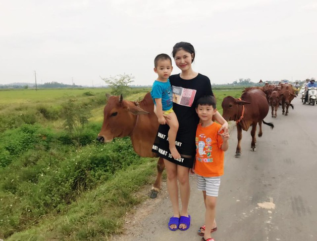 Bà mẹ 8X ăn mặc giản dị xuất hiện nơi đồng quê cùng chồng con.