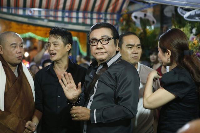 Nghệ sĩ hài Phú Quý vốn là đàn anh của Khánh Nam trong nghề. Ông buồn bã đưa tiễn người em thân thiết về với đất mẹ. Lễ động quan diễn ra vào sáng 2.10. Sau đó, linh cữu của diễn viên Khánh Nam sẽ được đưa về Bến Tre.