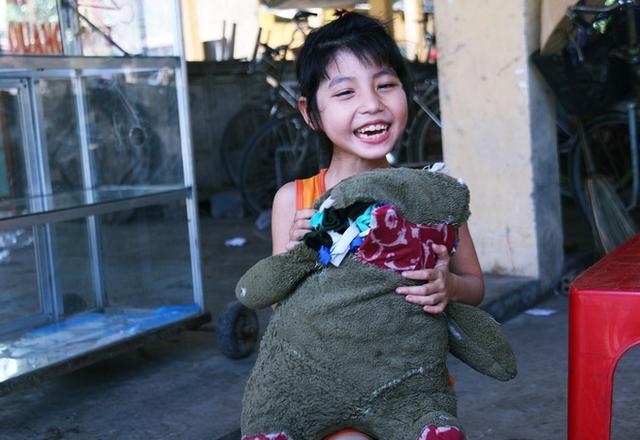Nụ cười hồn nhiên của cô bé 7 tuổi bị thiểu năng trí tuệ.