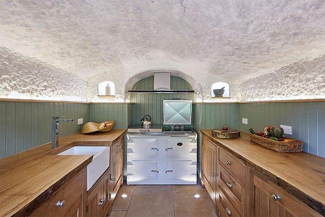 Khó mà có thể tin rằng đây là không gian bếp rộng rãi và tiện nghi trong một hang động nằm giữa khu rừng tại Anh.