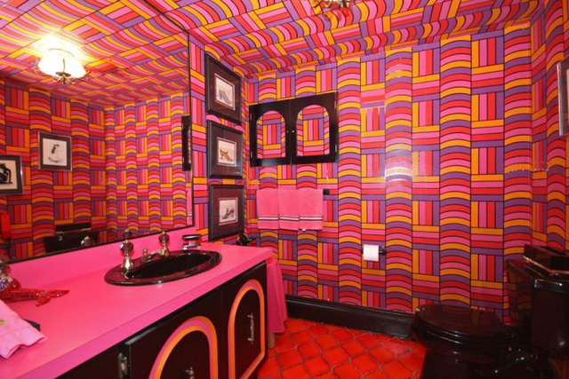 Phòng tắm được ốp đá hồng tím rực rỡ đầy hứng khởi.