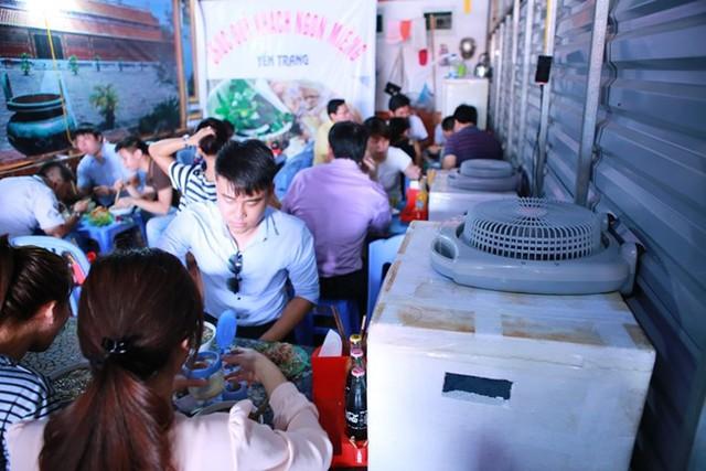Một quán bún bò bình dân ở Hà Nội làm hàng chục chiếc điều hòa tự chế để giữ chân thực khách trong những ngày nắng nóng