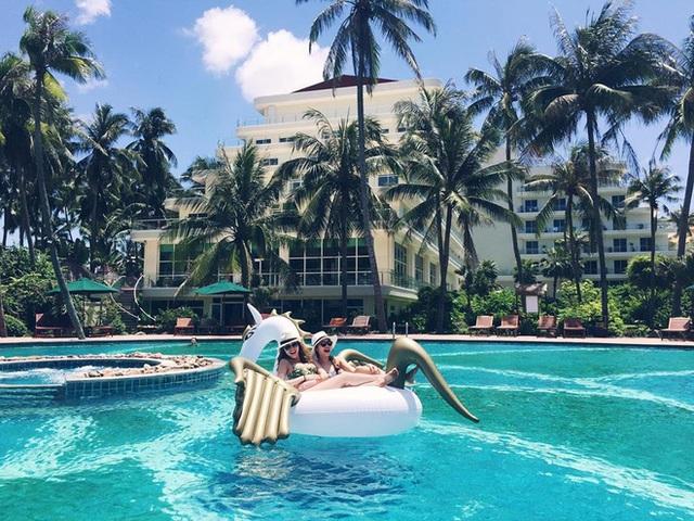 Tận hưởng thời gian nghỉ ngơi ở những khu du lịch, resort đắt tiền cùng người thân.