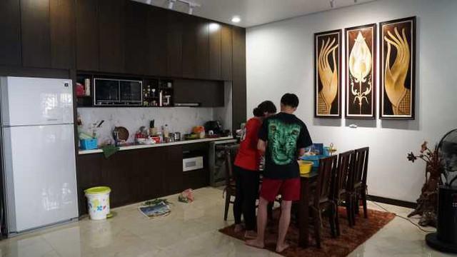 Khu vực bếp được thiết kế tối giản cùng cách sắp xếp gọn gàng liền kề phòng khách tạo cảm giác rộng rãi thoáng đãng cho ngôi nhà.