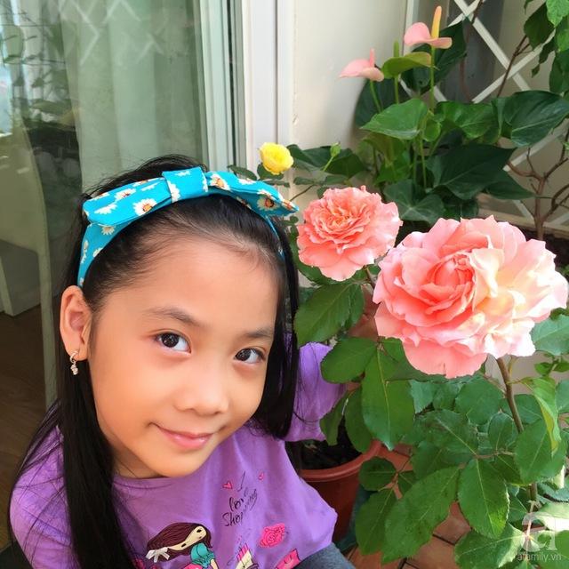Con gái chị Hương bên hồng Corail Gelee.