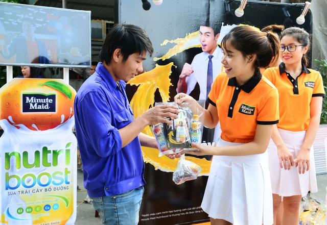 Người lao động hạnh phúc khi nhận được những chai sữa trái cây Nutriboost chất lượng thơm ngon.