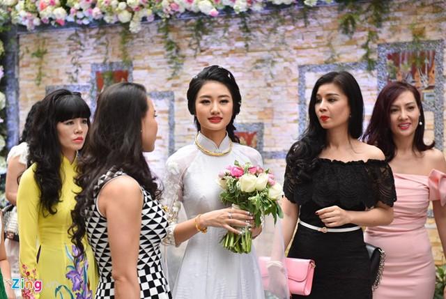 Trong ngày ăn hỏi và xin dâu, Thu Ngân diện hai bộ áo dài kiểu dáng đơn giản, làm tôn lên vẻ đẹp nữ tính, dịu dàng của người đẹp.