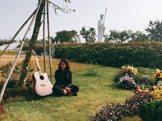 Chị Hoa, vợ cố nghệ sĩ Trần Lập thăm mộ anh.