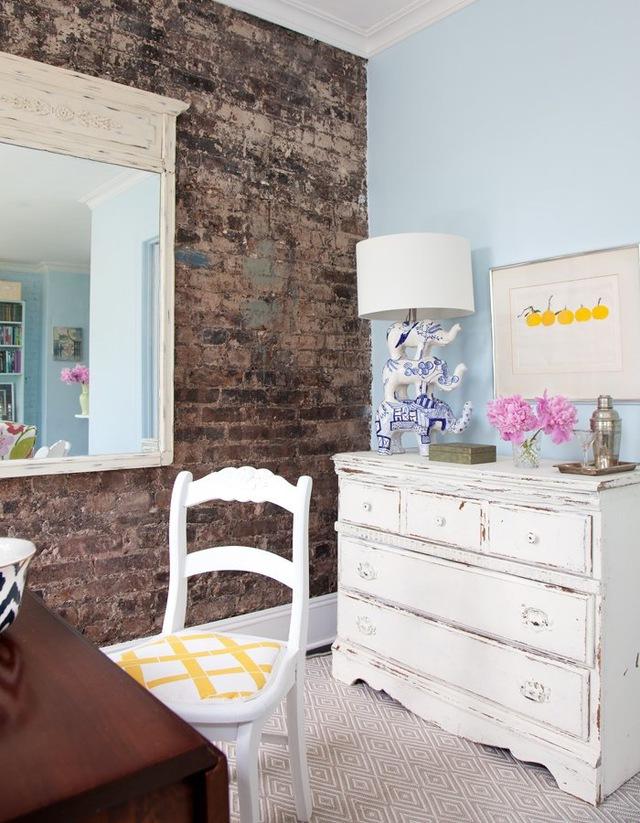 Đặt gương trong phòng vốn là một lời khuyên hiệu quả để mang lại cảm giác không gian được mở rộng và phản chiếu ánh sáng. Chỉ cần nhìn vào cách những bức tường xanh hiện lên trong gương đã giúp góc phòng này sáng hơn hẳn.