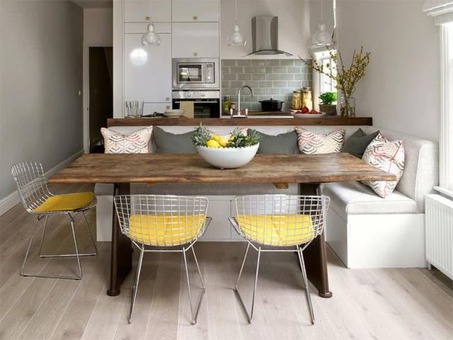 4. Phòng bếp kiểu dáng đẹp, hiện đại với gam màu trắng cùng những viên sàn gỗ màu xám và phòng ăn với bộ ghế làm từ những sợi dây kim loại kết hợp với nệm ngồi màu xám.