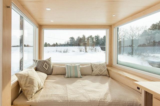 Khu vực nghỉ ngơi được bố trí đơn giản với giường, nệm đặt ở phía cuối của ngôi nhà. Khi nghỉ ngơi ở góc nhỏ này, chủ nhân của ngôi nhà có thể thoải mái ngắm nhìn cảnh sắc thiên nhiên thay đổi bên ngoài, bình yên và thi vị.