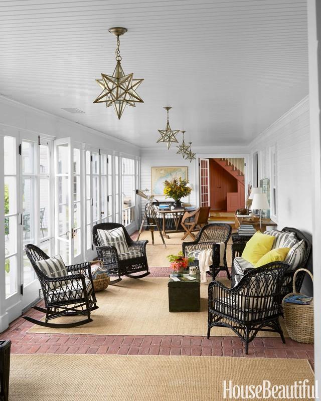 4. Nếu phòng khách nhà bạn sử dụng toàn bộ cửa kính, thì bạn có thể tận dụng chính không gian này như một hiên nhà. Bạn có thể dùng thảm hoặc chiếu cói để giữ ấm chân khi đi trên sàn, ngoài những chiếc ghế bành và ghế tựa thông thường của phòng khách, vài chiếc ghế bập bênh sẽ giúp bạn thư giãn tốt hơn.