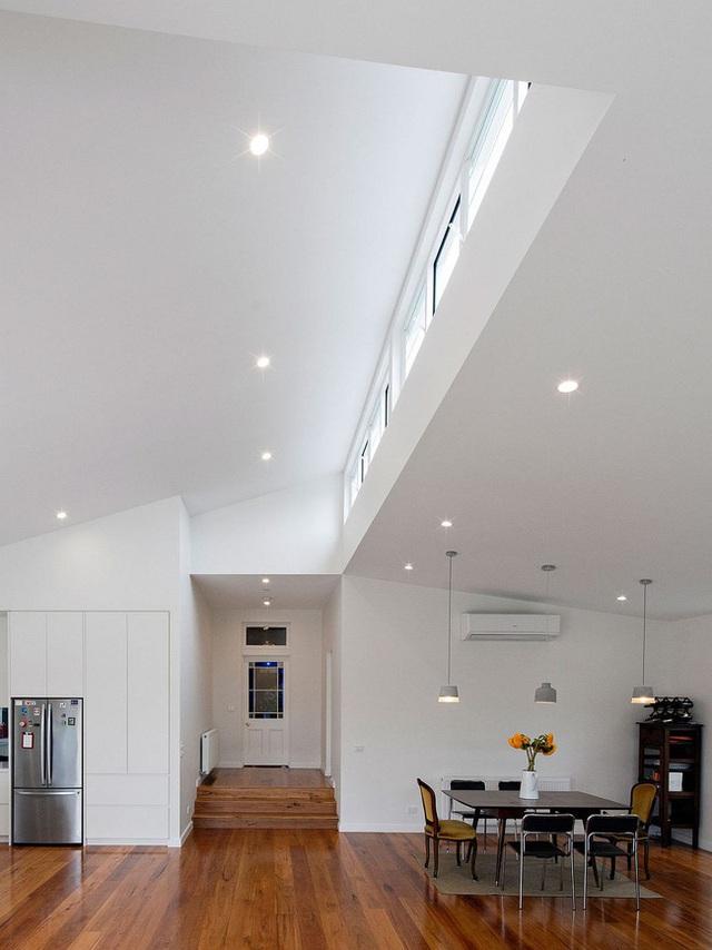 Toàn bộ không gian nhà được phủ một lớp sơn tường màu trắng tinh kết hợp cùng với sàn nhà bằng gỗ tối màu ấm áp đem lại cảm giác gần gũi và thoải mái cho người sử dụng.