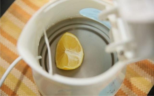 Bạn có thể dùng chanh để làm sạch ấm đun.
