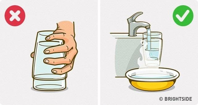 Đừng vội vàng tách 2 ly ra, cách này hoàn toàn đơn giản mà tránh ly bị bể (Ảnh: Brightside)