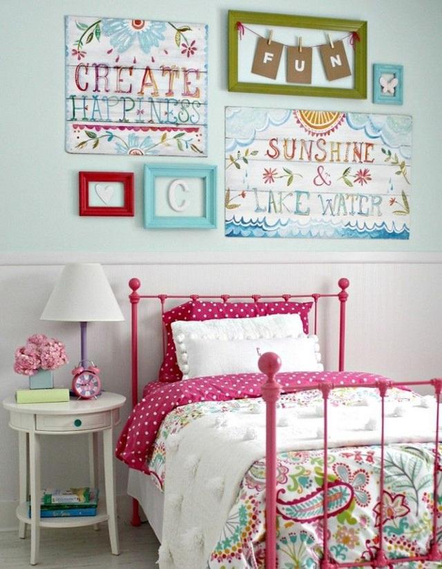 4. Giường ngủ đầy sắc màu với tông màu hồng đậm tôn lên sự nữ tính kết hợp với các bức tranh sinh động sẽ làm phòng ngủ của bé gái nhà bạn tràn ngập sức sống.