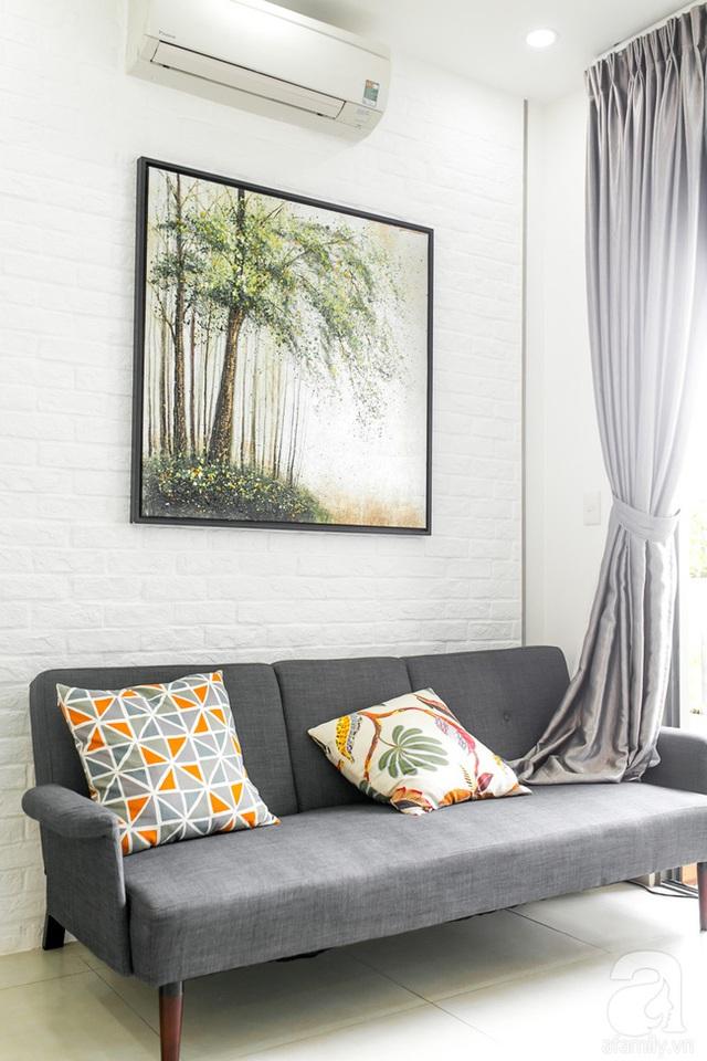 Ngồi ở sofa có thể ngắm trọn không gian ngập tràn ánh sáng bên ngoài. (Ảnh Hữu Dương)