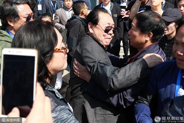 Mã Đức Hoa chia buồn với gia đình nghệ sĩ Dương Khiết. Ông biết tin đạo diễn qua đời qua Trì Trọng Thụy. Dương Khiết luôn kín tiếng về bệnh tật, ông nói.