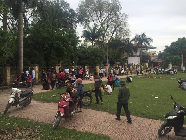 Người dân ngồi phía ngoài UBND xã lắng nghe nội dung buổi đối thoại.