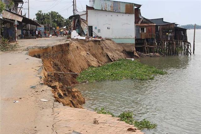 Vụ sạt lở làm hơn chục căn nhà bị nhấn chìm xuống sông