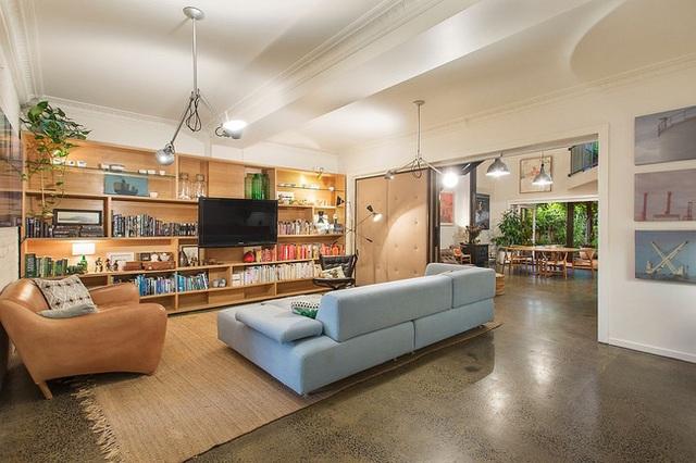 Sự sắp xếp thông minh và cách đan xen các màu sắc hợp lý tạo nét màu sắc quyến rũ cho không gian phòng khách.