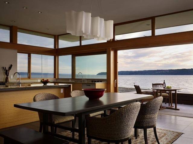 4. Thật tuyệt vời khi vừa dùng bữa trong nhà vừa được thưởng thức cảnh biển tuyệt đẹp bên ngoài.