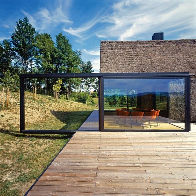 Đây là một ngôi nhà truyền thống ở Croatia. Nó đã được cải tạo bởi Proarh và ông đã giữ lại rất nhiều các đặc tính ban đầu, bao gồm cả mái nhà. Họ cũng thực hiện một số thay đổi khác để trông hiện đại hơn như các cửa sổ lớn, sân gỗ, ...