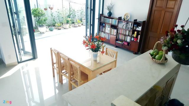Nội thất tầng một được bố trí đơn giản dựa theo một số đồ từ ngôi nhà cũ.
