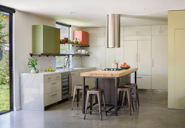 Nhà bếp được thiết kế hiện đại, đơn giản. Các tủ sử dụng có kích thước khác nhau cung cấp đầy đủ không gian lưu trữ cho người dùng. Bên cạnh đó, hai kệ tủ gắn trên tường cũng đa năng khi chứa được thêm hai tủ lớn nữa.