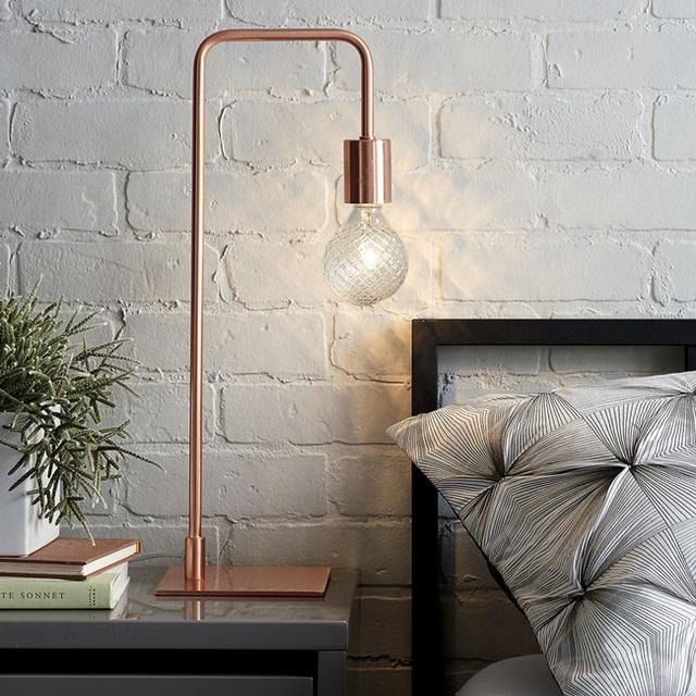 4. Đèn có thân bằng chất liệu đồng mang đến vẻ đẹp hiện đại, tinh tế cho căn phòng.